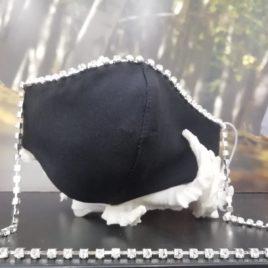 Mascarilla negra con cadena plata