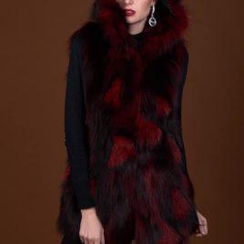 Chaleco de piel de zorro de color rojo con manchas negras