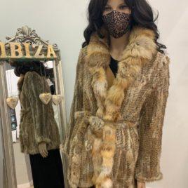 Abrigo corto de piel de conejo color marrón