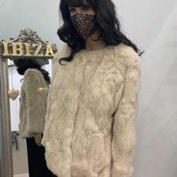 Abrigo corto de piel de conejo color crudo