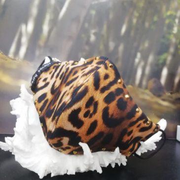 Mascarilla de pantera con cristales de Swarovski