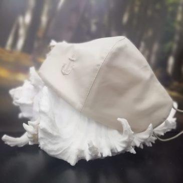 Mascarilla de comunión niño con ancla bordada en beige