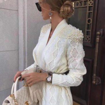 Chaqueta blanca con perlas en las hombreras