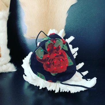 Cubre mascarillas FFP2 de rosas rojas con cristales de Swarovski