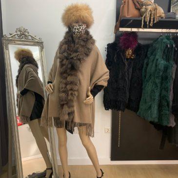 Capa de lana con cuello de zorro