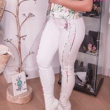 Pantalón blanco con flores laterales